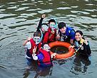 自然歷險隊隊員浮潛探索美麗的海洋世界。